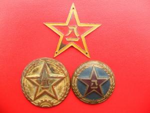 """样式为镶有金黄色边的五角红星内嵌""""八一""""金黄二字,亦称""""八一军徽"""",""""图片"""