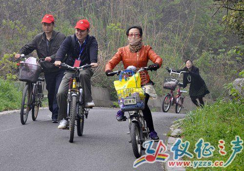 几名义工骑自行车来到龙山风景区踏青 摄影:仪征之声 周晓明