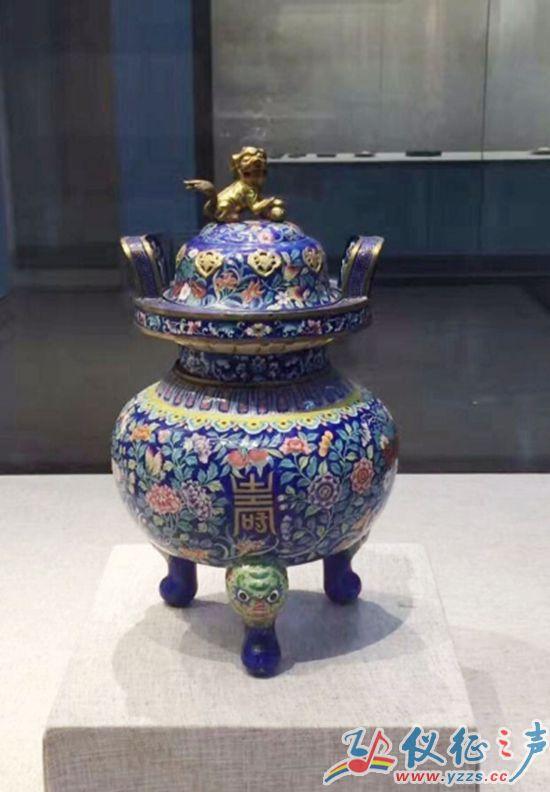 这件器物造型雄浑厚重,炉身仿古青铜器三足鼎,器盖有一圈花卉镂空